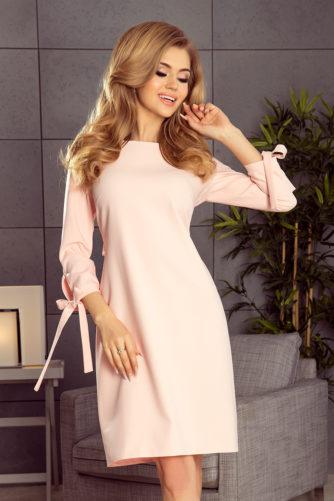 Pastellroosa kleit lipsudega