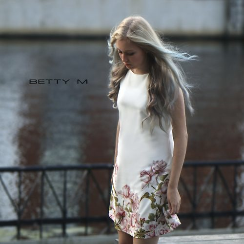 Valge kleit lilledega
