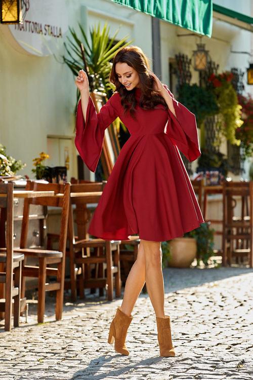 Kellukese lõikeline kleit